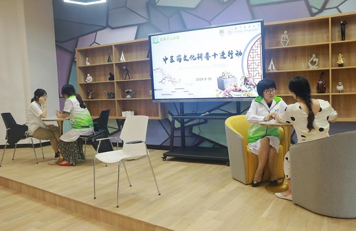 中国医院人文建设:致敬教师 中医进校园送上健康礼包3.png