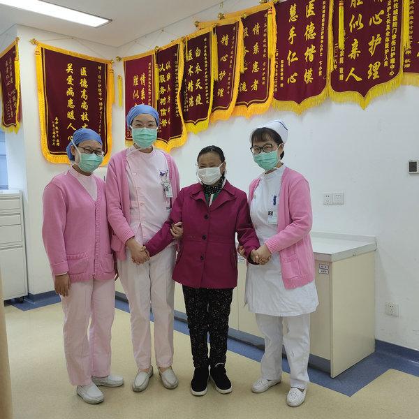 """中国医院人文建设:苏州阿姨患慢性骨髓炎 护师""""用爱握手""""超暖心"""